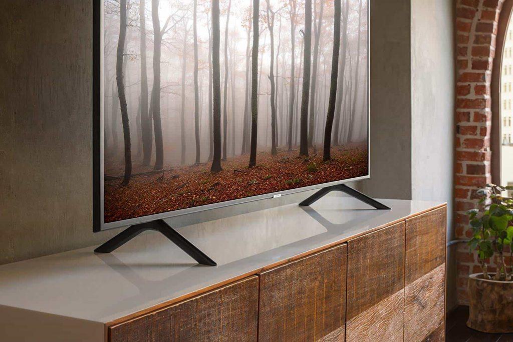 TV 4K sur table de salon