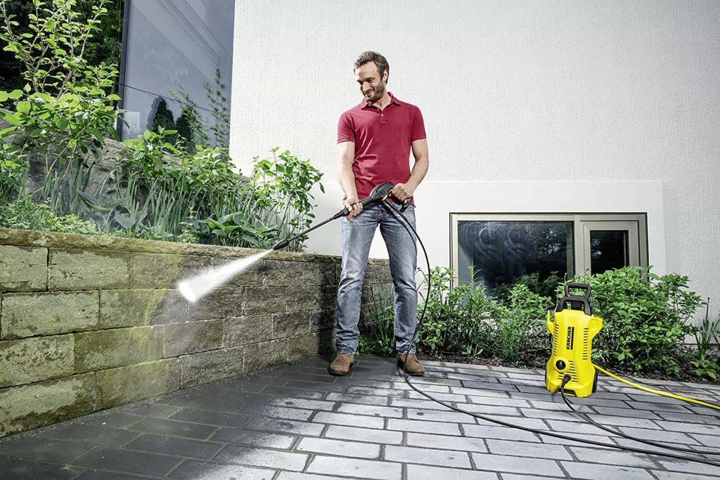 homme nettoyage maison