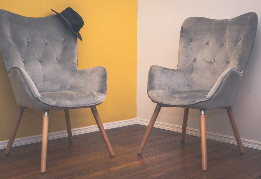 chaises dans Salon couleurs mure jaune et blanc