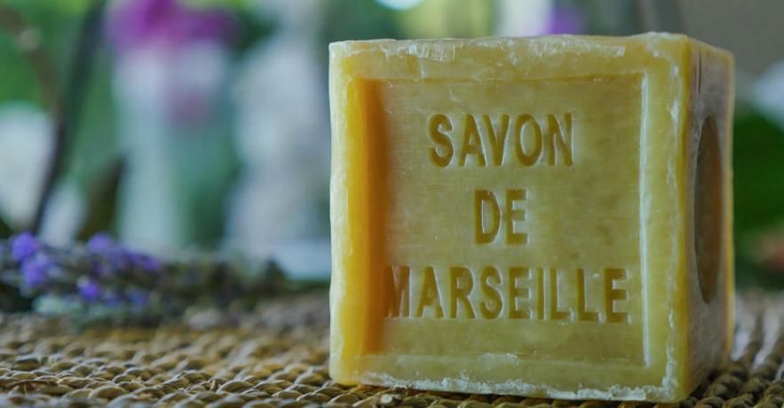Se laver les dents au savon de Marseille